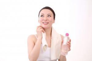 汗をかき水をもつ女性