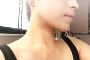 発汗革命リンパデトックヨガで汗をかく女性