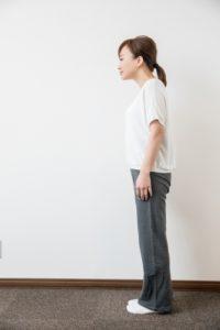 猫背で立つ女性